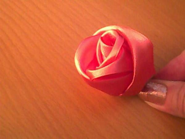 Внутренние лепестки делаются из более темной ленты.  Когда будут готовы бутоны роз, попробуйте пришить сверху.