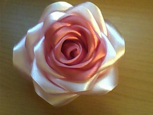 Роза получится более красивой и естественной, если взять ленты двух или трех оттенков.