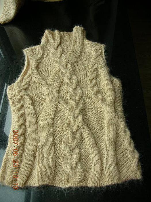 Оригинальный узор из кос для вязания теплой жилетки спицами 93