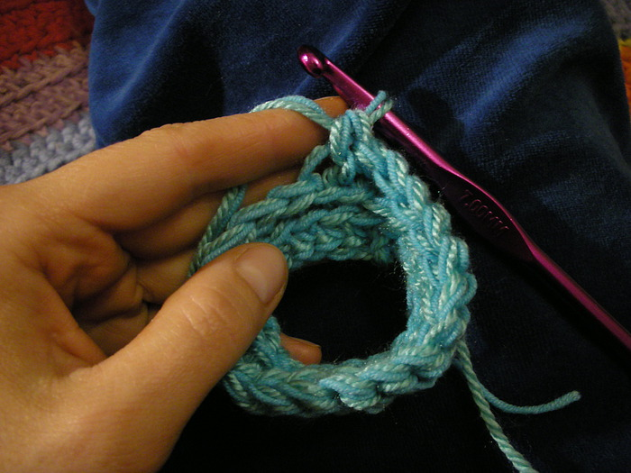 Эти митенки вязала в две нитки.  Набрала 18 воздушных петель и связала их в кольцо.Если у вас широкая рука...