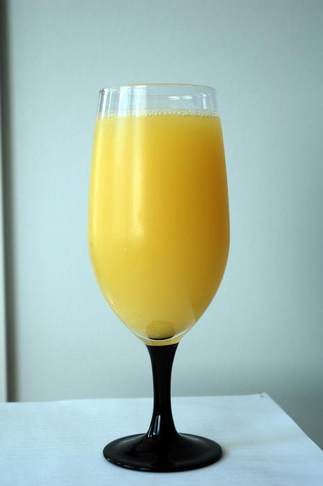 Снять с апельсинов цедру, отжать сок.