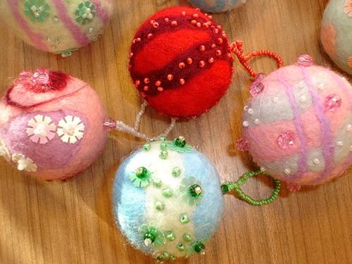 Хотите такие симпатично нежные елочные шарики .  Из шерсти сваляные вручную? как сделать игрушки из шерсти.