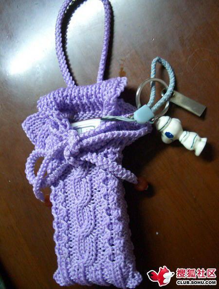 чехол для телефона.  Вязаный спицами. в виде свитера.  Такой телефонный чехол сможет украсить ваш мобильный в...