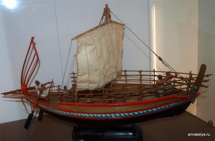 грек с лодкой