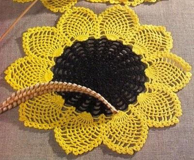 Подсолнух - маленькое солнышко, символ оптимизма, веселья и благополучия!  Подсолнух - цветок августа.  Вяжем крючком.