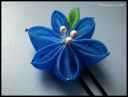 Вид творчества/техника/стиль: цветы из шелка - канзаши.  Решила выложить, как делается такая красота).