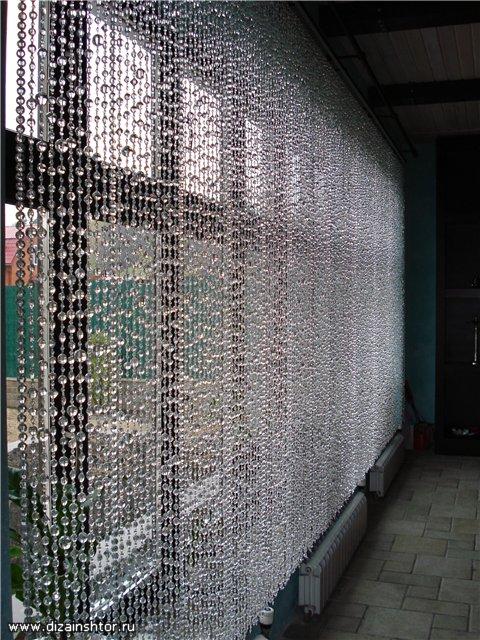 Можно украсить окно шторой из белых, голубых или прозрачных бусин, бисера, подвесок - получится, как будто иней.