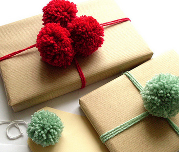 ...бантики, помпоны и розочки и пришейте их к декоративным подушкам или...