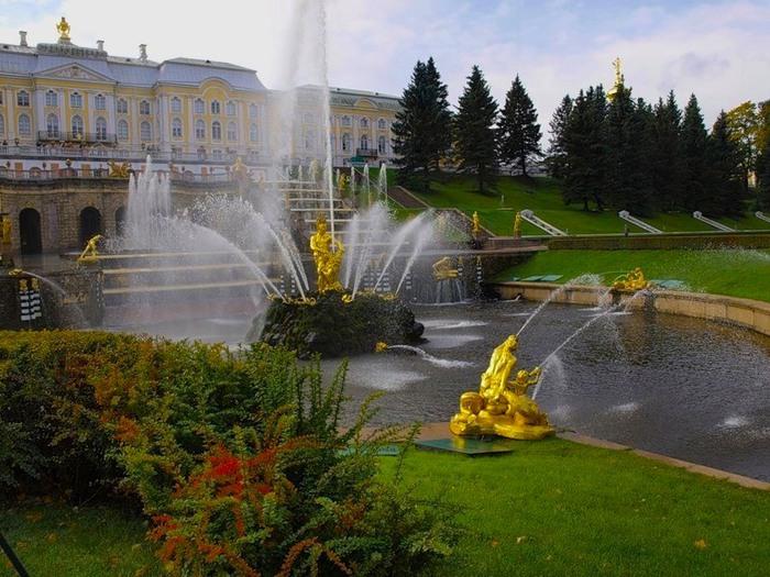 ...ставший не только главным главной скульптурой Большого каскада, но и символом города, а год спустя, на площадке.
