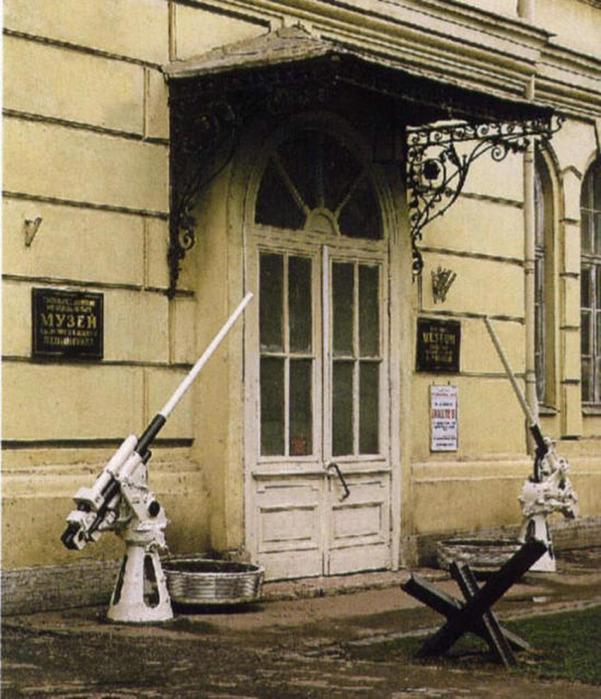 Если вы посетите эти музеи, то многое узнаете о битве за Ленинград.  Карты, схемы, вооружение воюющих армий...