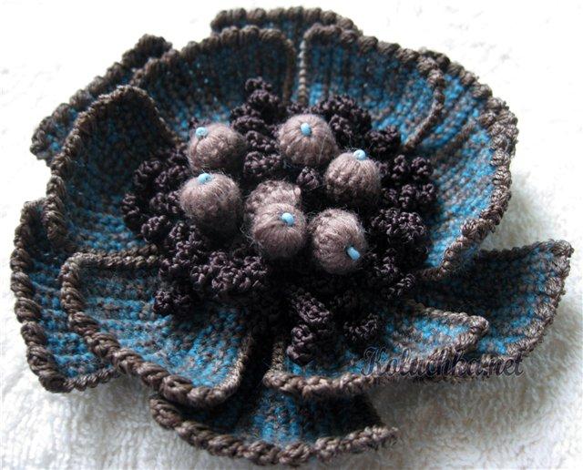 Для декорирования вызаных шапок мы часто используем вязаные цветы.