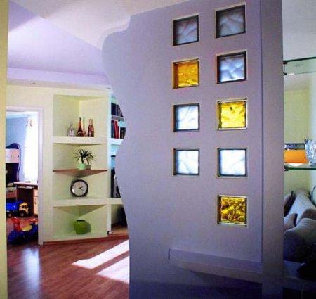 Если вы не готовы соорудить в своей квартире целую стеклянную стену, можно использовать один или несколько...