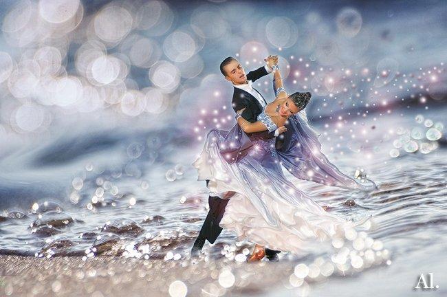Я в вальсе свадебном кружилась, я в вальсе свадебном плыла, Твои уверенные руки мне были словно два крыла.
