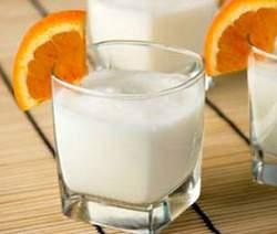 Рецепт: Йогурт смешайте с молоком, добавьте апельсиновый сок, сахар или.