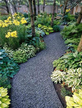 Материал, из которого сделаны площадки и дорожки, обязательно влияет на впечатление, производимое...