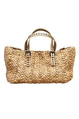 Соломенные сумки этим летом можно встретить не только на пляже.