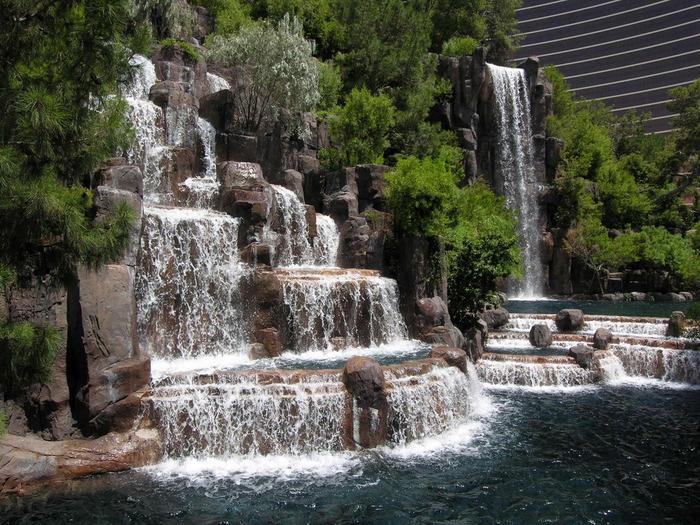 Фирма ЕКОСВИТ осуществляет проектирование и строительство декоративных прудов.  Декоративные пруды созданные.