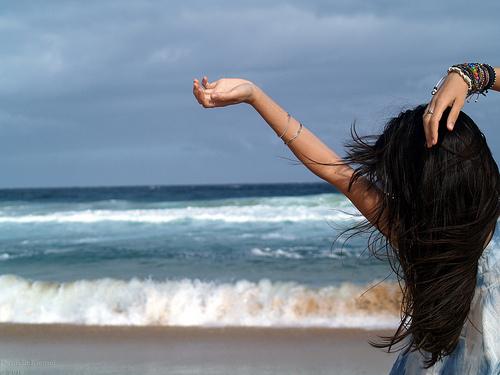 фото со спины брюнетки на море