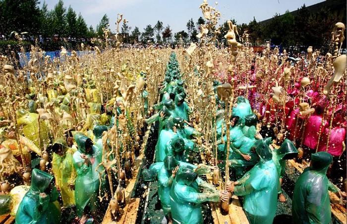 На картинке изображен новый рекорд фонтана из колы - 2175 бутылок.  Китайские студенты веселяться. ghostface.