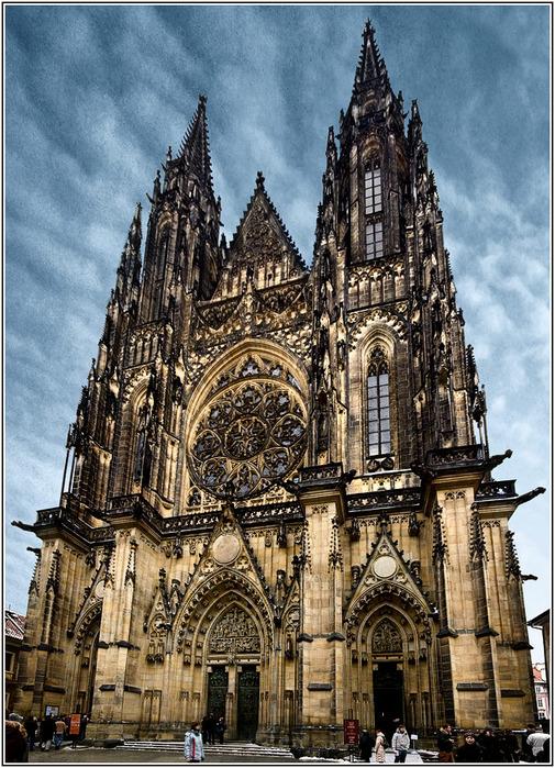 Храм был задуман как символ тройственности метрополии: Прага - как главный город Чехии; Град - как основа Праги...