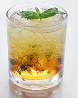 Рецепт освежающего напитка из минеральной воды и кофейного льда.