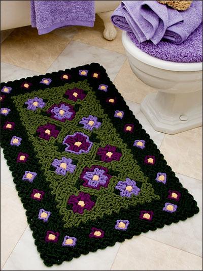 Этот объемный коврик с цветами связан крючком очень интересной техникой и может украсить любой уголок дома.