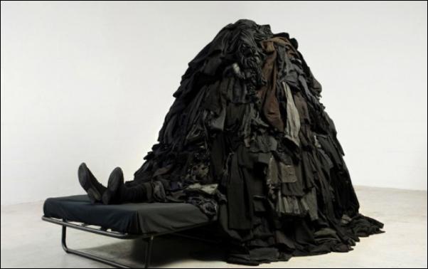 Искусство переработки старой одежды от Guerra de la Paz.