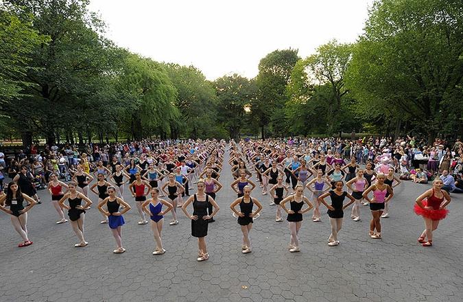 230 балерин одновременно встали на