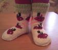 Красочные яркие носки с отделкой вяжутся на спицах привычным методом на пяти спицах.  По верху носка связана...