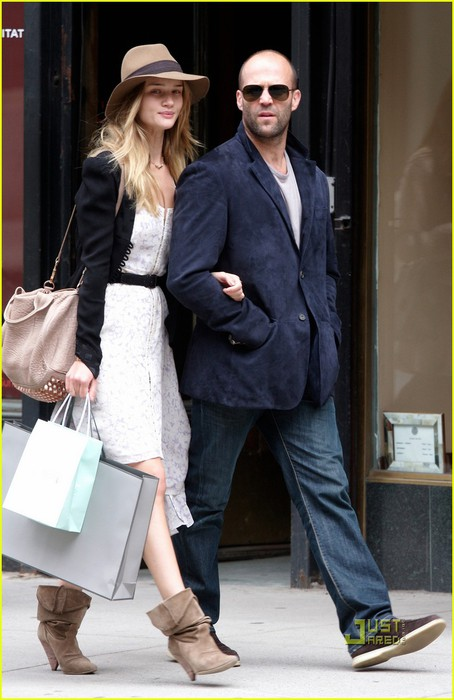 rosie-huntington-whiteley-jason-statham-madison-avenue-shopping-01 (454x700, 77Kb)