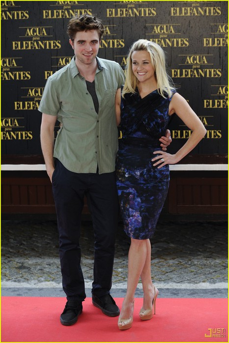reese-witherspoon-robert-pattinson-elephants-barcelona-photocall-03 (466x700, 91Kb)