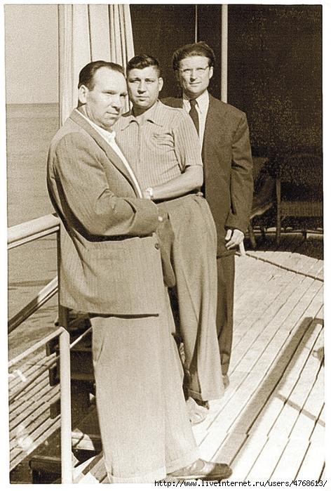Сталин 2 Cтарший лейтенант службы госбезопасности Александр Федоренко (в галстуке на заднем плане) охранял покой Сталина 278 (472x700, 317Kb)