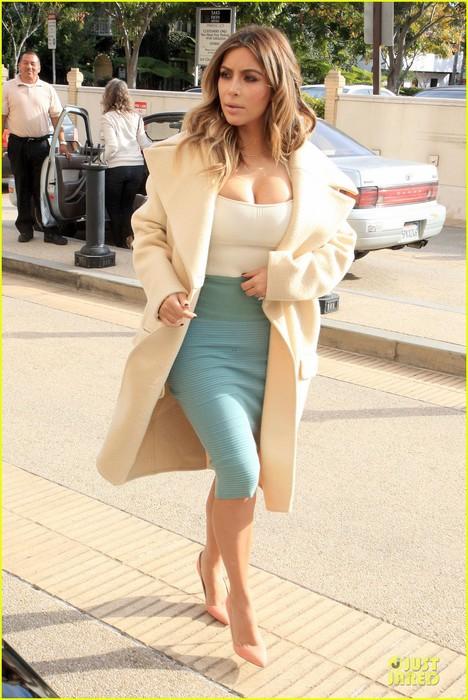 kim-kardashian-bares-cleavage-for-barneys-shopping-trip-01 (468x700, 106Kb)