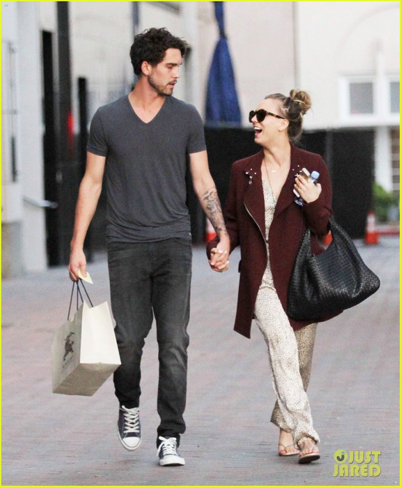 kaley-cuoco-steps-out-with-ryan-sweeting-after-the-pcas-05 (576x700, 93Kb)