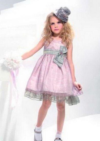 С каждым годом мода на выпускные платья для детей и взрослых меняется.