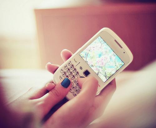 ruki-mobilnyy-telefon-blackberry-chernyy-lak-Favim.ru-16365 (500x408, 99Kb)