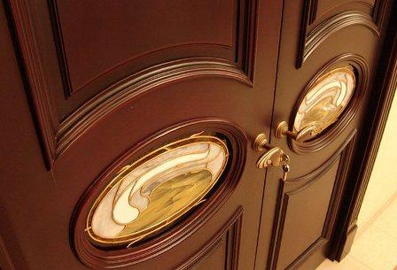 Двери из массива – шик, блеск, красота.