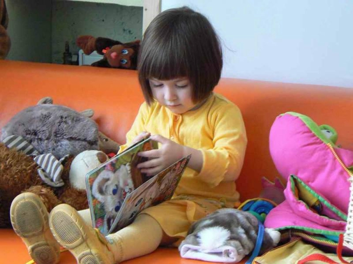 1336972764_julie_reading_2 (700x525, 223Kb)