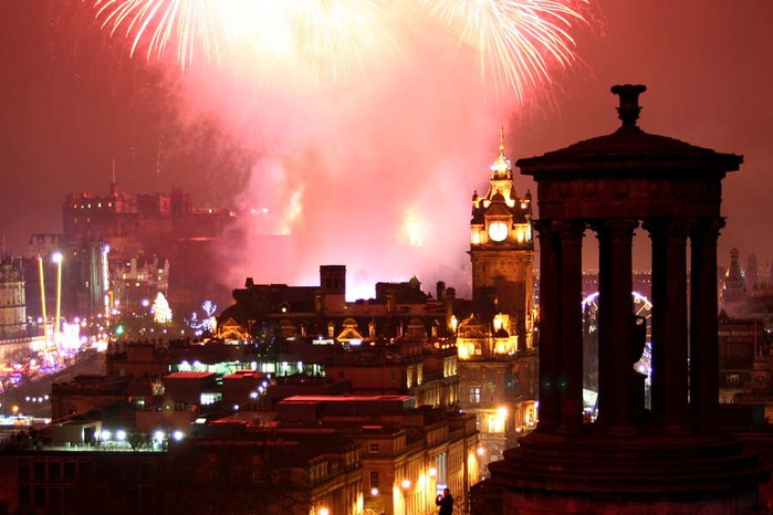 Edinburgh-Hogmanay-Fireworks-from-Carlton-Hill (700x466, 80Kb)