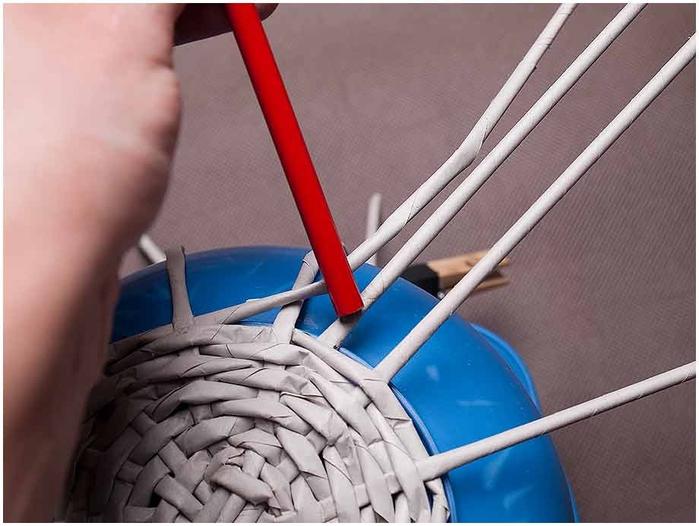 Плетение из газет. Мастер-класс по плетению корзинки для цветов (10) (700x526, 216Kb)