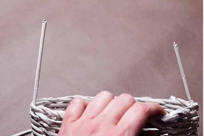Плетение из газет. Мастер-класс по плетению корзинки для цветов (24) (700x468, 126Kb)
