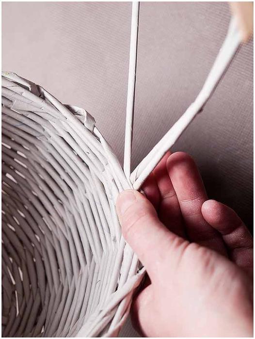 Плетение из газет. Мастер-класс по плетению корзинки для цветов (28) (526x700, 206Kb)