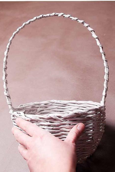 Плетение из газет. Мастер-класс по плетению корзинки для цветов (30) (468x700, 176Kb)