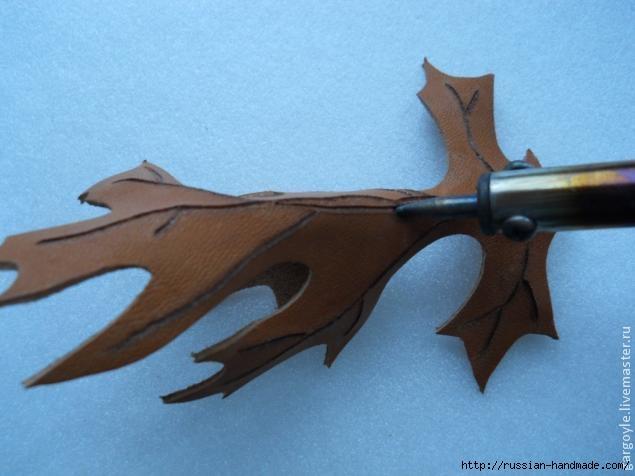 Дубовый лист из кожи и желуди из деревянных бусин (6) (635x476, 115Kb)