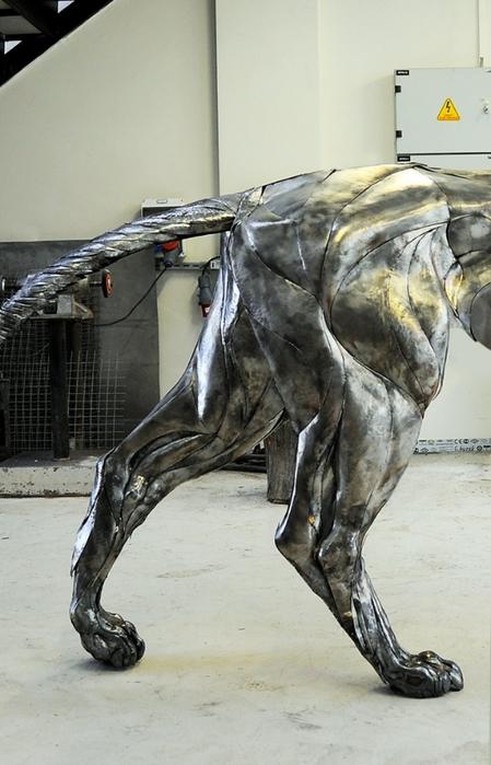 металлическая скульптура льва 7 (449x700, 213Kb)