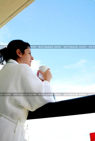 zhenschina-utrom-na-balkone-pet-kofe-0003296497-preview (369x548, 57Kb)