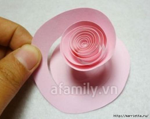 Панно с сердцем из бумажных розочек (7) (517x411, 82Kb)