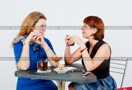 dve-podrugi-za-stolom-put-chai-0002897594-preview (536x366, 89Kb)