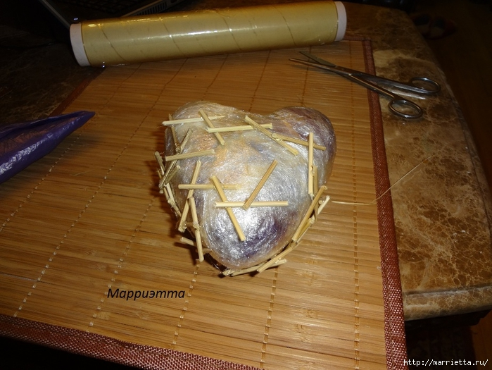 Моя золотая Валентинка. Пустотелое сердце из шашлычных палочек (5) (700x525, 280Kb)