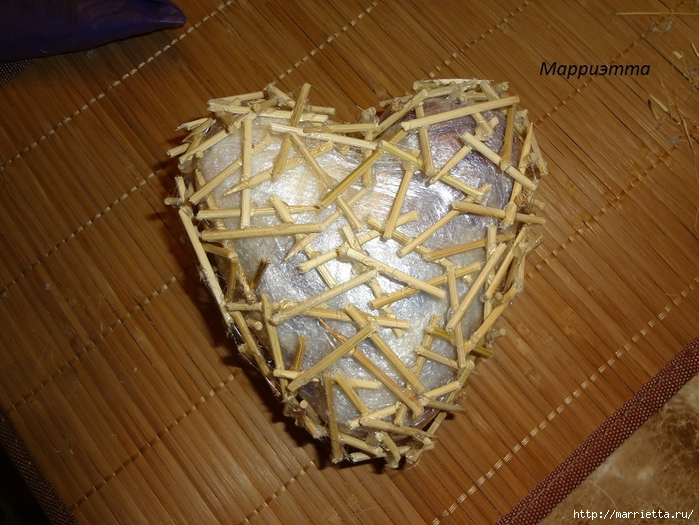 Моя золотая Валентинка. Пустотелое сердце из шашлычных палочек (7) (700x525, 317Kb)